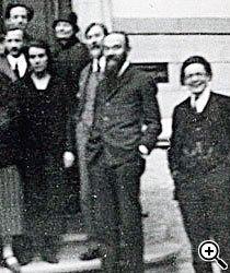 APOIO PSICOLÓGICO Em foto do ano de 1925, Piaget (primeiro à dir.) aparece junto ao mestre Claparède (terceiro à dir.). Foto: Instituto Jean-Jacques Rousseau/Fundo Laura Lacombe. Pesquisa iconográfica: Josiane Laurentino