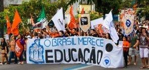 Professores e estudantes protestam contra programas do MEC