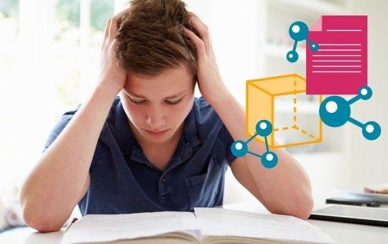 Um adolescente de aproximadamente 16 anos está sentado em frente a um caderno. Ele está com as duas mãos na cabeça, como se estivesse tendo muitas dificuldades com o que está escrito no papel a sua frente.