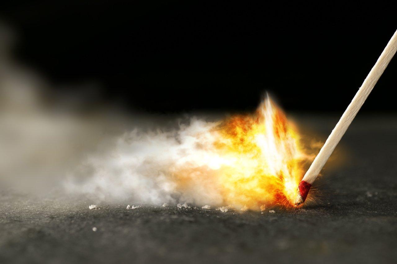 Foto captura momento em que fósforo é riscado e as chamas começam, simbolizando ansiedade, burnout ou estresse