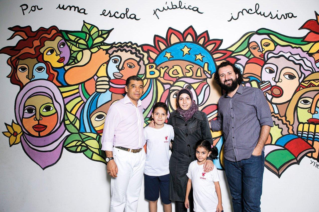 O diretor Cláudio (à direita) com o coordenador Carlos, Sharazad, Mohamed e Mayas na entrada da Dom Henrique