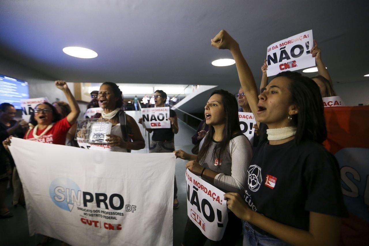 Manifestantes contra o Escola Sem Partido durante discussões em Brasília em novembro de 2018