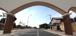 Foto da Av. Japiim no Acre. Na foto se vê um portal e uma rua