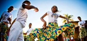 Jovens dançam coco de roda em Alagoas