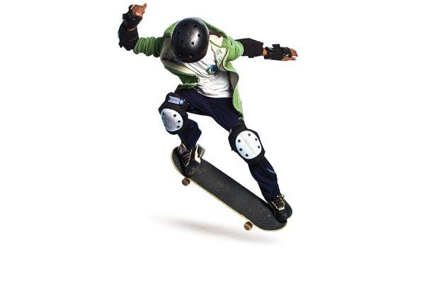 Para o <i>ollie</i>, o menino pisa no <i>tail</i>, salta com o skate e volta ao chão com as rodas para baixo. Patrícia Stavis