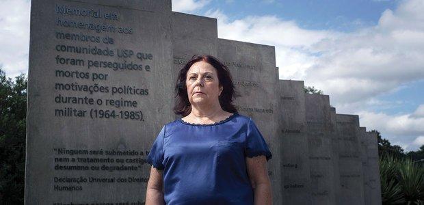 Arlete, na USP, diante do monumento aos mortos pelo governo militar. Foto: Raoni Maddalena
