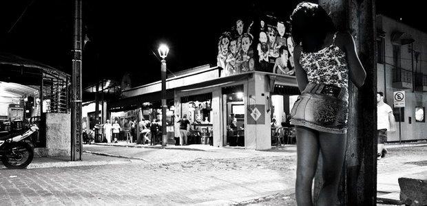 Nas ruas de Fortaleza, adolescentes são explorados sexualmente em troca de dinheiro. Drawlio Joca