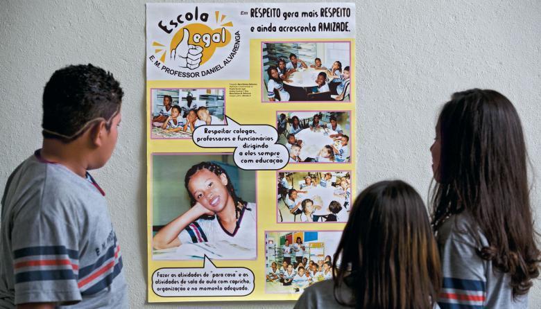 Participação comunitária: na EM Prof. Daniel Alvarenga, em Belo Horizonte, cartazes educativos ajudaram a construir uma nova realidade educacional. Foto: Leo Drumond