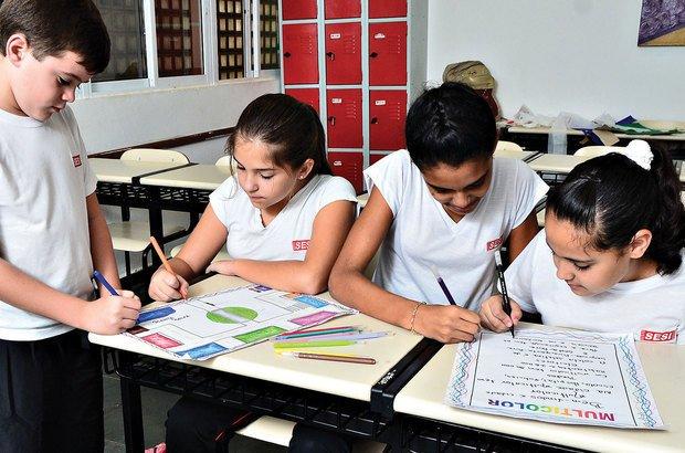 Para a apresentação, as crianças capricharam nos textos e desenhos das cidades fictícias. Marcio Salata