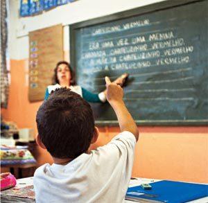 As crianças ditam um texto para Mariluci: mesmo sem serem alfabetizadas, elas sabem como produzir um conto. Foto: Tatiana Cardeal