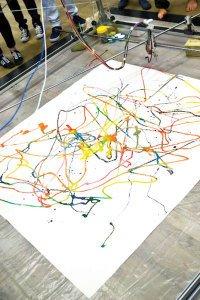 Os mineiros pintam ao mover cabos em obra interativa. Fotos Diana Amato