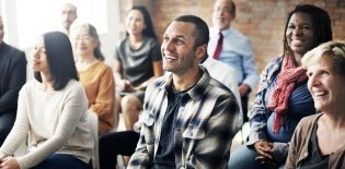 Adultos sentados em uma sala de aula