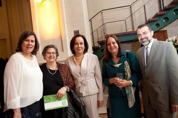 A diretora executiva da Fundação Victor Civita ao lado dos jurados Vera Placco, Anna Helena, Sofia e Rui Aguiar