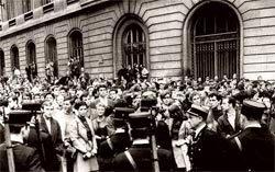 Impasse entre a polícia e estudantes franceses em 1968: espírito de contestação. Foto: HULTON/Getty Images