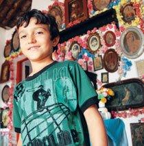 Augusto, 11 anos, é um dos responsáveis por tocar a instituição. Foto: Raoni Maddalena