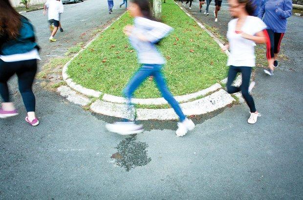 A corrida de longa distância aconteceu em torno de um canteiro durante dez minutos. Patricia Stavis