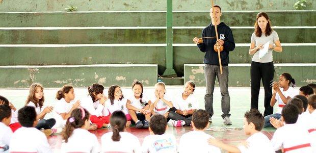 Alunos da professora Cindy Siqueira praticando capoeira, na EMEF Professor Anézio Cabral. Foto: Raoni Maddalena