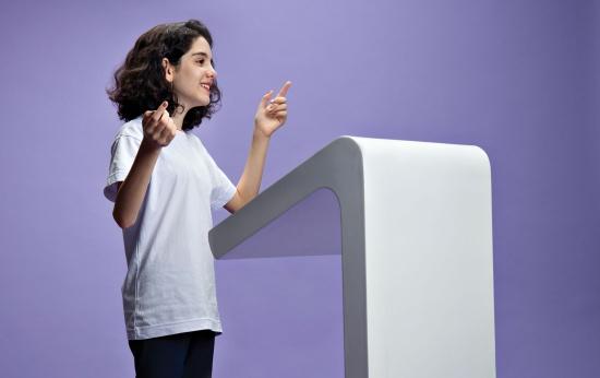 Menina está diante de um púlpito discursando
