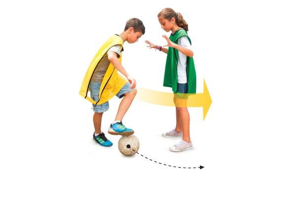Para dar um corte, o jogador chuta a bola com o pé esquerdo para direita e segue correndo com ela