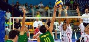 Jogadores paralímpicos uniformizados jogam vôlei em uma quadra