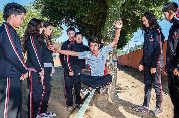 No início, era preciso ajuda, mas depois os alunos se arriscaram fazendo manobras. Marcelo Almeida