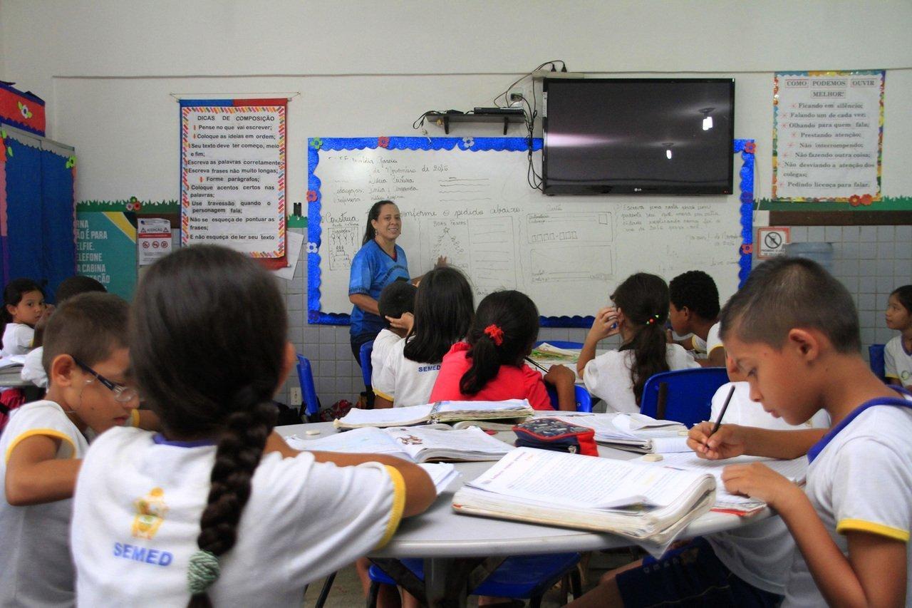 Os alunos da escola Waldir Garcia, de Manaus, trabalham em grupos