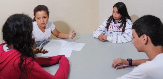 Mediadores do projeto Estudar em Paz, do CEF 602, discutem soluções para os conflitos entre os colegas. Foto: Leonardo Prado
