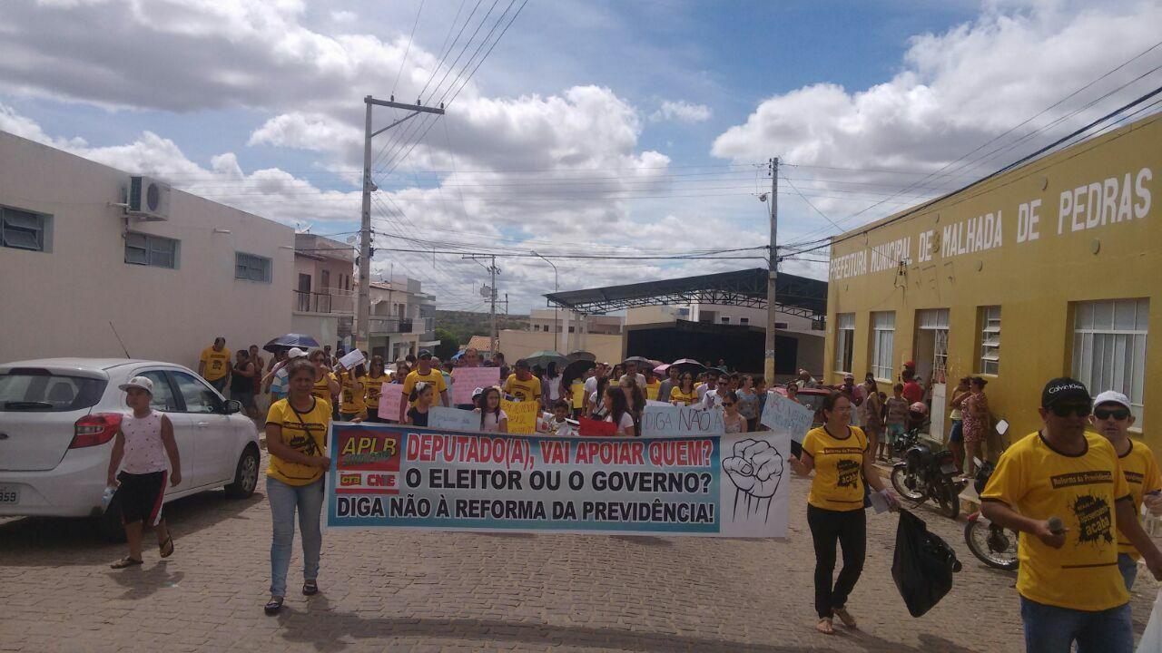 Pessoas protestam contra reforma da previdência