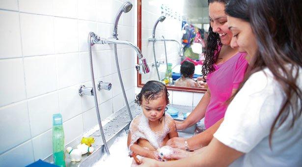 HORA DO BANHO Cuidados compartilhados ajudam a educadora a entender como o bebê está acostumado a se banhar