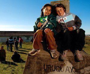 Mais na divisa, impossível: o marco que divide Brasil e Uruguai fica bem em frente à Escola Saldanha da Gama, em Santana do Livramento. Foto: Tamires Kopp
