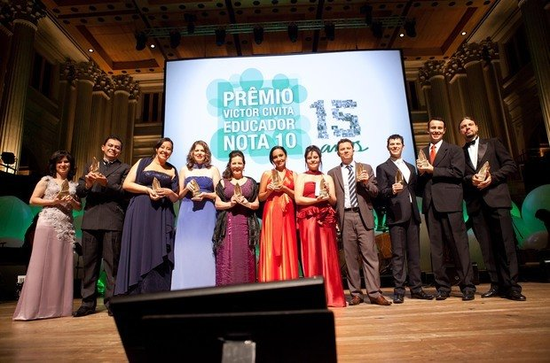 Os 11 vencedores do Prêmio Victor Civita ao final da cerimônia, na Sala São Paulo