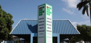 Foto do Instituto Federal de Roraima. Vê-se a entrada com uma placa identificando o IFRR