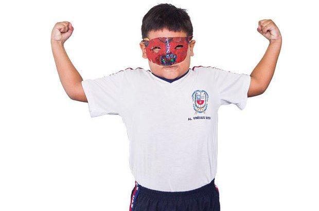 Vinícius criou a máscara do disfarçador e, ao vesti-la, transformou sua postura corporal. Jarbas Oliveira