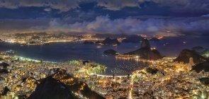 Vista aérea do Rio de Janeiro com o Pão de Açúcar e a Baía de Guanabara