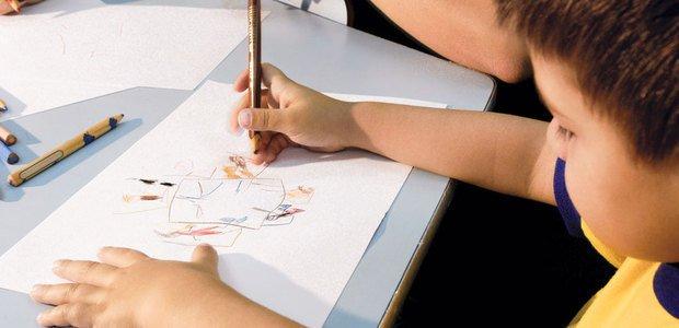 Desenhar e pintar. Foto: Ricardo B. Labastier