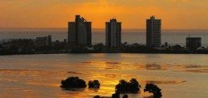 Lagoa durante pôr do sol em São Luís (MA)