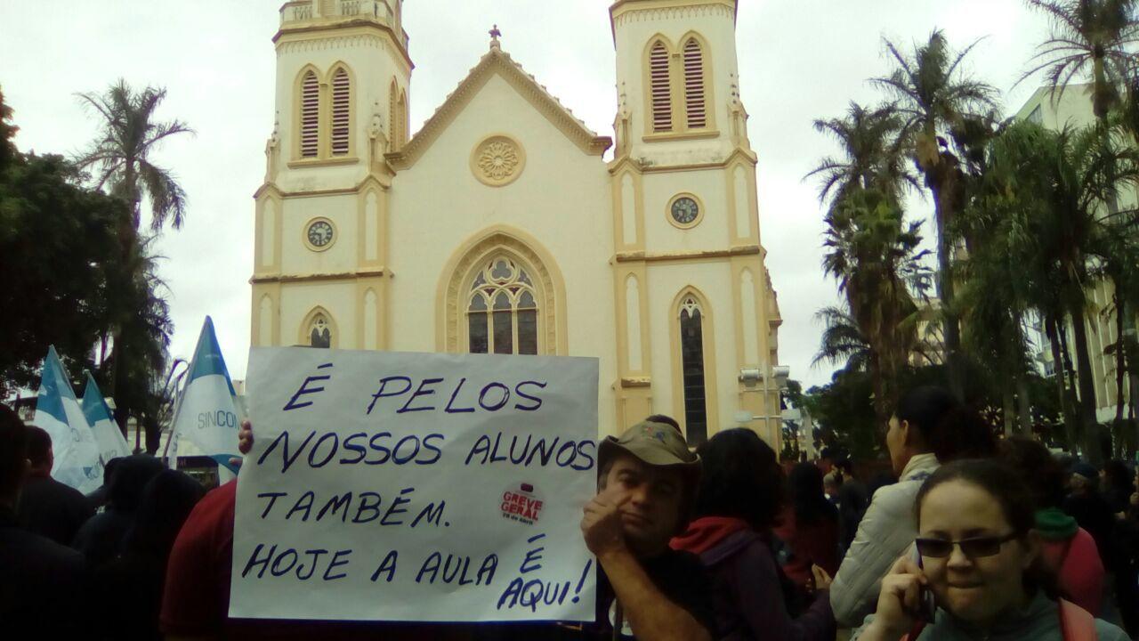 Professor ergue cartaz em protesto em Jundiaí (SP)