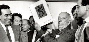 O deputado Ulysses Guimarães mostra a Constituição brasileira, promulgada em 1988