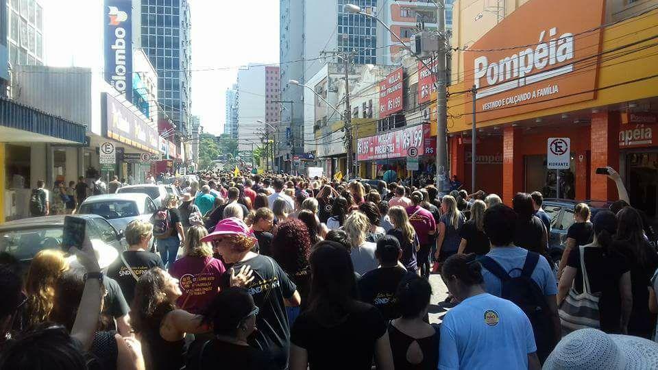 Pessoas protestam em Novo Hamburgo