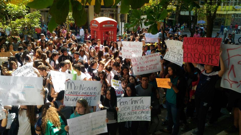 Manifestação dos estudantes secundaristas. Imagem mostra uma multidão de estudantes segurando cartazes.