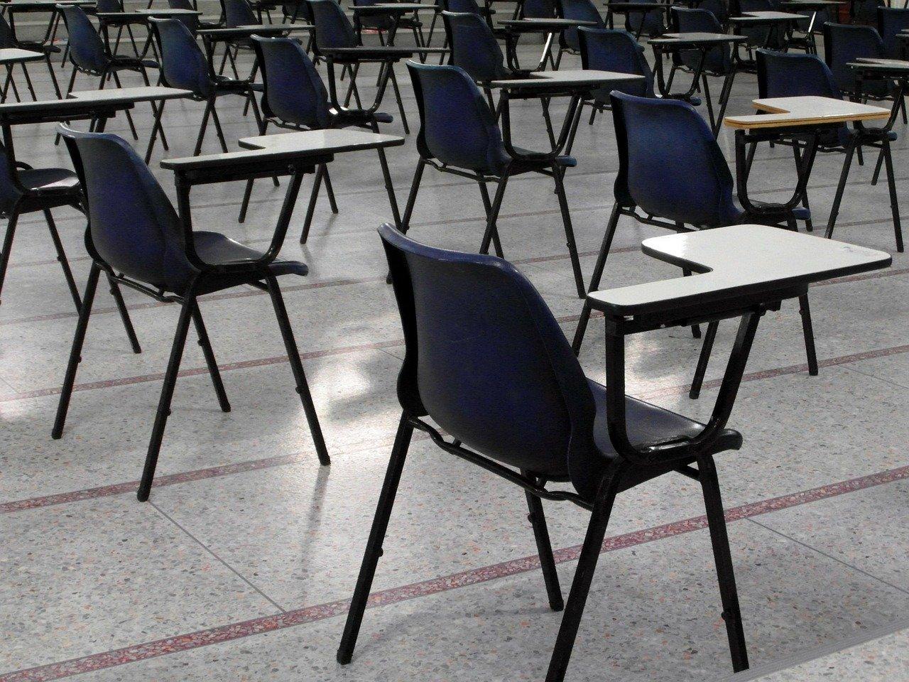 Cadeiras vazias em sala de aula