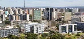 Vista aérea do setor bancário sul, em Brasília. O skyline é dominado pelos prédios das instituições financeiras.