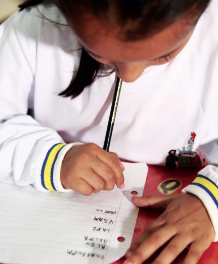 Combine antes: é importante que a criança saiba que ela pode escrever da melhor forma que conseguir, mesmo que não convencionalmente