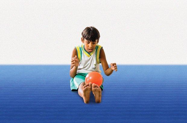 Com a bola, as crianças criaram movimentos com rolamentos pelo corpo e lançamentos. Ramón Vasconcelos