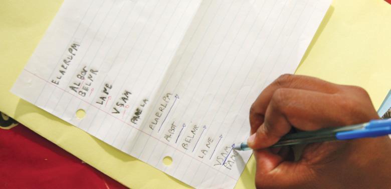 Adote sinais: fazer uma marcação nos textos produzidos é útil para registrar como o aluno lê o que escreve e se ele se detém ou não em cada letra