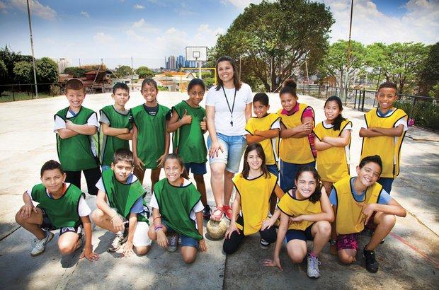 Na EE Alcides da Costa Vidigal, a turma bate muita bola, mas também aprende os fundamentos do futebol e reflete sobre o jogo. Marcos Rosa