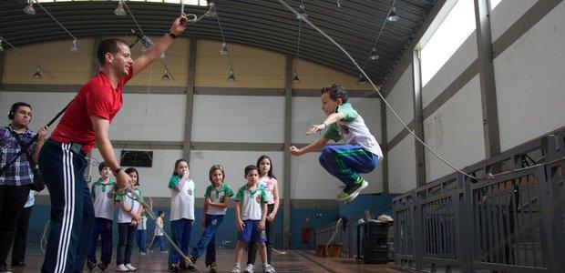 Marcos Santos Mourão, educador da Escola da Vila, ensinando os alunos do professor Fabrício Melo a pular duas cordas, na EMEF Luiz Olinto Tortorello. Foto: Marcos Rosa