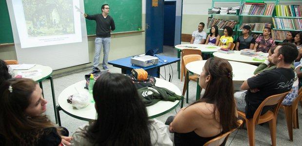 Ensino sobre história e cultura afro-brasileira. Aula de Juliano Sobrinho. Foto: Marcos Rosa
