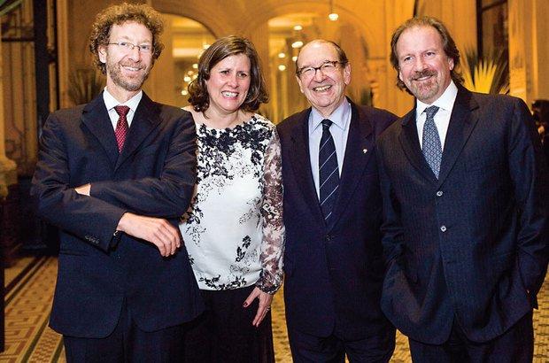 Entre os filhos Victor e Giancarlo <i>(à dir.)</i>, ao lado de Angela Dannemann, diretora executiva da FVC, na cerimônia do Prêmio de 2011, na Sala São Paulo. Marina Piedade