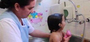 O banho dos bebês   Cuidados na Creche